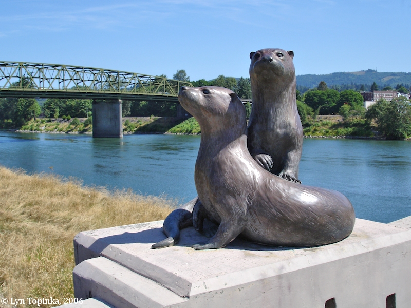 cowlitz_river_at_kelso_otters_2006